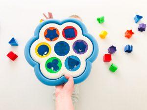 Nauka kolorów i kształtów dla maluchów z wykorzystaniem SORTERA Daisy Box